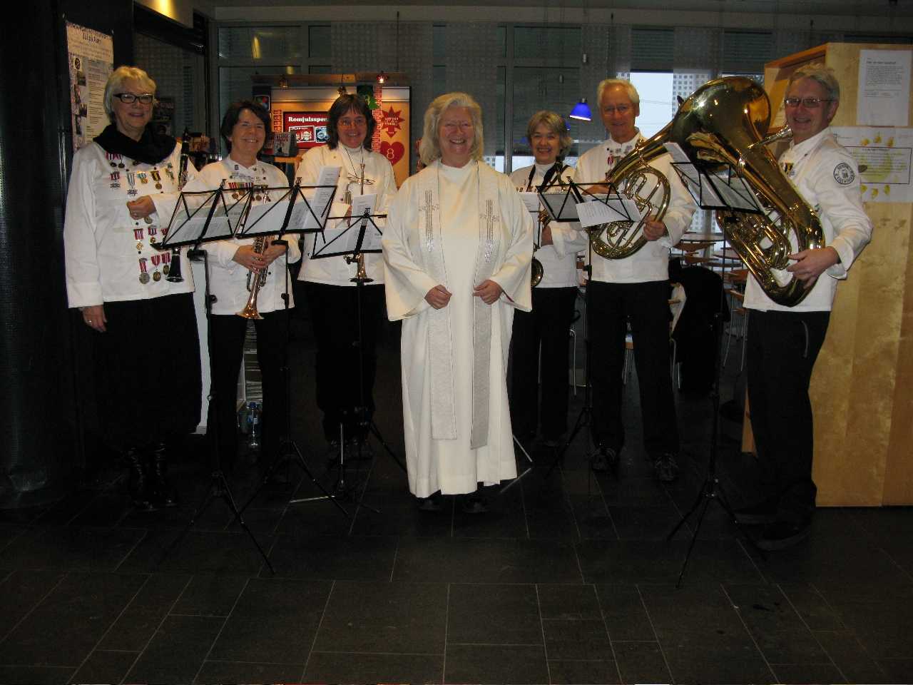Julaften i 2009 spilte Bestum Finspill inn julen på Aker sykehus i Oslo, her fotografert sammen med sykehuspresten.